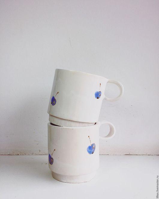 """Кружки и чашки ручной работы. Ярмарка Мастеров - ручная работа. Купить """"Голубой ранет.."""". Handmade. Белый, керамическая кружка"""