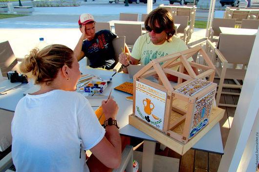 MindWood - магнитные конструкторы из дерева для детей любого возраста.  В наборе `Домик` вместо обычных стен всталяются картонные панельки, на которых дети могут рисовать, вырезать делать аппликации