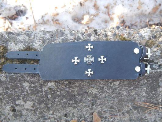 Браслеты ручной работы. Ярмарка Мастеров - ручная работа. Купить Широкий кожаный браслет на пряжках Рыцарский крест. Handmade.