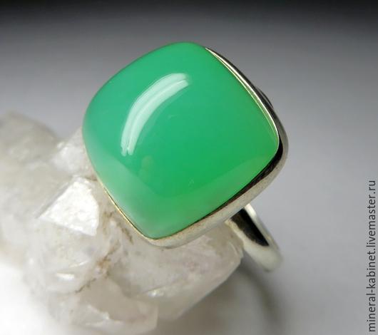 Серебряное кольцо с натуральным природным хризопразом прекрасного качества в серебре 925 пробы, размер вставки хризопраза 9 х 14 х 14 мм, размер кольца - 18.75, вес изделия 6.3 грамм, код 4678