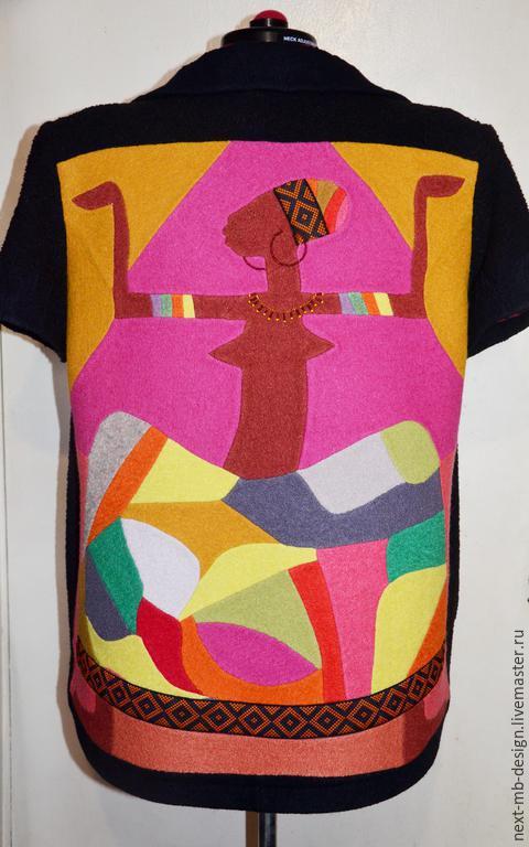 Авторский кардиган свободного кроя из шерстяного букле с большим шалевым воротником и пэчворк-принтом из лодена в африканском стиле внесёт в ваш образ яркость и жизнерадостность.