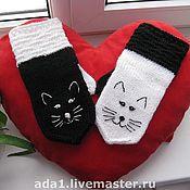 """Аксессуары ручной работы. Ярмарка Мастеров - ручная работа Авторские варежки """"Чёрная кошка, белый кот"""". Handmade."""