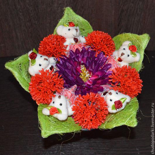 Букет из 5 маленьких мишек с красными шарами в цветке. Очень яркий букетик, который порадует ребенка или молодую девушку.