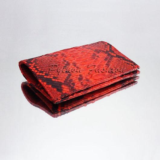 Обложка для паспорта из питона. Яркая обложка для паспорта из кожи питона на заказ. Красная обложка на паспорт ручной работы. Обложка на загранпаспорт из питона. Обложка для документов из кожи питона.