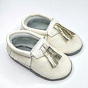 Одежда детская handmade. Livemaster - original item White Baby Moccasins, Slippers with Fringe, Moccs with Bells. Handmade.