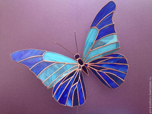 Витражная бабочка `Небесная синева`.  Та бабочка, слетевшая с небес,  Была так трогательно невесома,  Изящнокрыла. Шелковистый блеск  Напомнил волосы твои. Как мне знакомо  Касанье нежное. Так трудно уловить  Момент прикосновения. Ab ovo,  В который раз, я озадачен. Словно нить,  Свисающую вольно, ветер снова  Прижал ко мне. Доверчивость её  Была сродни любви, но не бесстрашью.  Витиеватый крыльев окаём,  И спинка бархатистая. Что краше  Быть может, чем причудливый узор,  Открытый миру и доверенный наивно.  Чем глубь души бездонная. Чем взор  Из этой глубины - в мою...