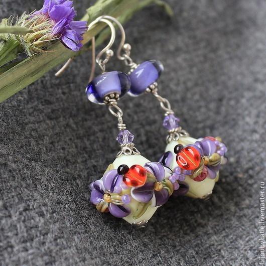 Серьги лэмпворк со стеклянными бусинами ручной работы в технике лэмпворк аметистовые Цветы. Фурнитура в серьгах вся 925 серебро\r\nПодвески - стеклянные бусины лэмпворк с объемными цветами.
