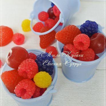 """Косметика ручной работы. Ярмарка Мастеров - ручная работа """"Ягоды в ведерке"""" мыло ручной работы, мыльные ягоды подарок. Handmade."""