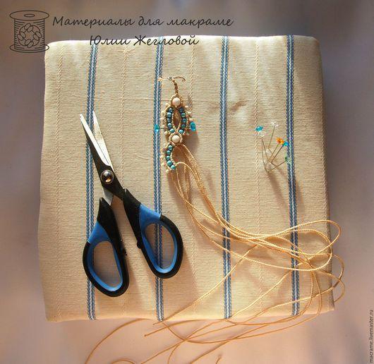 Подушка для макраме 21х21 см. Ножницы, булавки и заготовка браслета представлены для примера.
