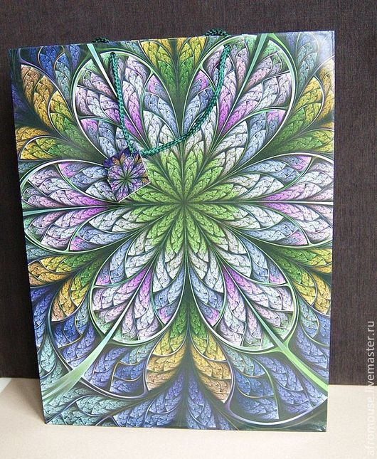 Подарочный пакет с ярким стилизованным рисунком. Зелено-сиреневый цветок. Большой размер.