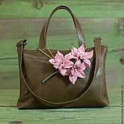 Кожаная сумка с орхидеями.