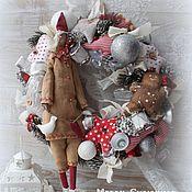 Подарки к праздникам ручной работы. Ярмарка Мастеров - ручная работа Новогодний венок с Молодым Сантой. Handmade.