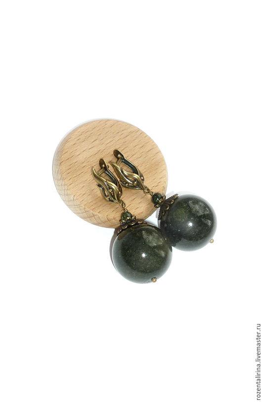 Серьги`Вирява`  выполнены  из натуральных бусин тёмного Серпентинита (змеевика) Размер бусин 20 и 4 мм.  Качественная металлофурнитура цвета античной бронзы.