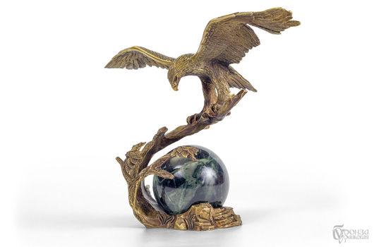Статуэтки ручной работы. Ярмарка Мастеров - ручная работа. Купить Орёл на шаре. Handmade. Змеевик, скульптура из бронзы, птицы на ветке