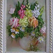 Картина вышитая лентами. Розы и ромашки.
