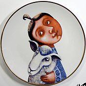 """Посуда ручной работы. Ярмарка Мастеров - ручная работа Фарфоровая тарелка """"Девочка с овечкой"""". Handmade."""
