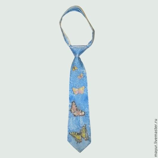 Голубой авторский галстук с разноцветными бабочками. Сияющие яркими красками почти реалистичные бабочки на голубом небе.