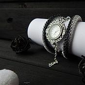 Черно-белые наручные часы из бисера.