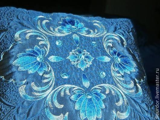 Бирюзово-голубая, вышитая и простеганая, двусторонняя наволочка