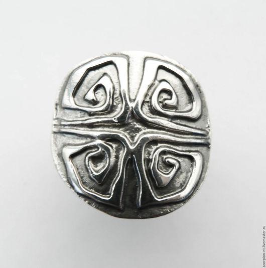 Кольцо серебряное в этно стиле.  Площадка кольца 23 х 23 мм. Шинка разъемная с изменяемым размером примерно с 16,5 до 18 размера.