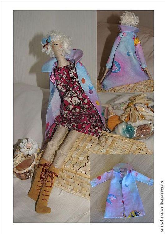 Кукла в окружении типичных курортных сувениров. Модница в натуральных тканях