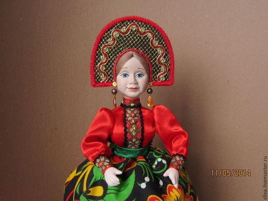 Кукла на чайник Хохлома станет украшением стола, праздничного чаепития, интерьера кухни или комнаты. Вместе с домашними пирогами создаст домашний уют, душевную дружескую обстановку и гостеприимство.