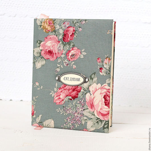 Блокнот  `Розовый букет` Мягкая обложка обтянута стильным  хлопком очень благородного серого цвета, на обложке блокнота металлическая рамочка, надпись в которой можно поменять по вашему желанию.