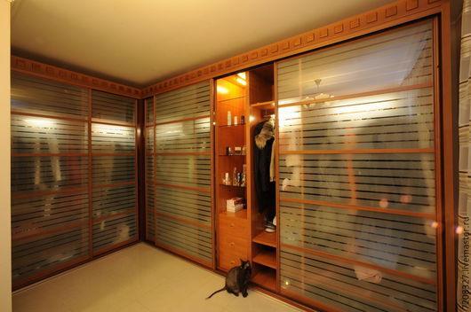 Эстетичная, удобная и красиво обустроенная гардеробная комната - мечта любой женщины. Современная европейская фурнитура и  стеллажная система позволяют сделать ее многофункциональной и практичной.