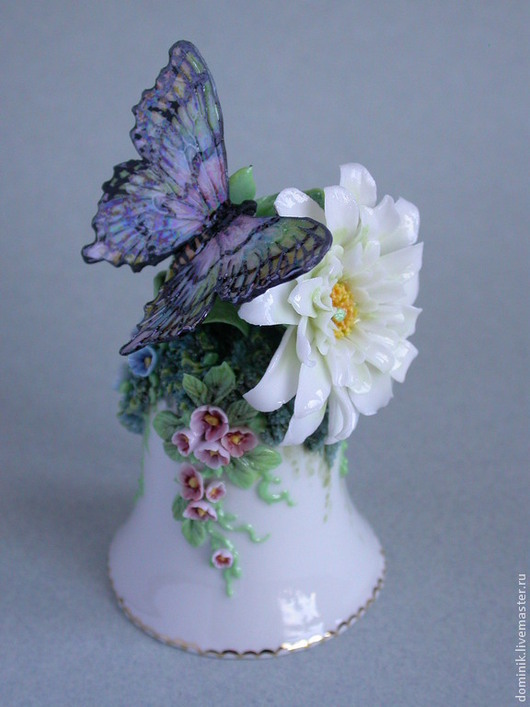 Радужная бабочка и белый цветок - в этом колокольчике эффектно сочетаются две контрастные фактуры фарфора - яркая радужная, покрытая перламутровым блеском на крыльях бабочки  и нежная полупрозрачная на белых лепестках цветка.
