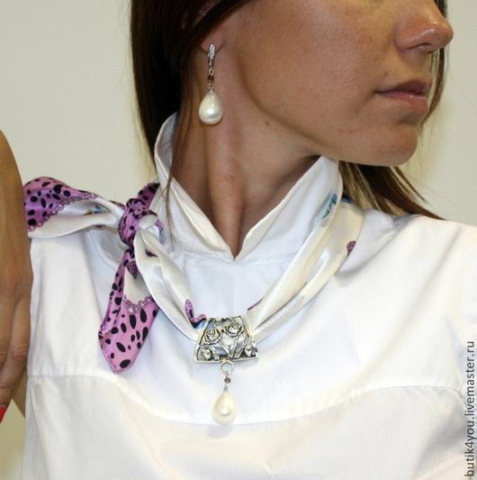 Платок-колье завязан на французский манер с подвеской - жемчужиной майорка и в комплект серьги с крупной жемчужиной майорка и кристаллами Сваровски.