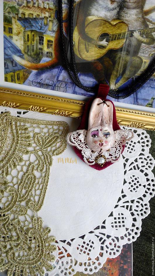 """Кулоны, подвески ручной работы. Ярмарка Мастеров - ручная работа. Купить кулон """"Карточный заяц"""". Handmade. Заяц, бордовый, бисер"""