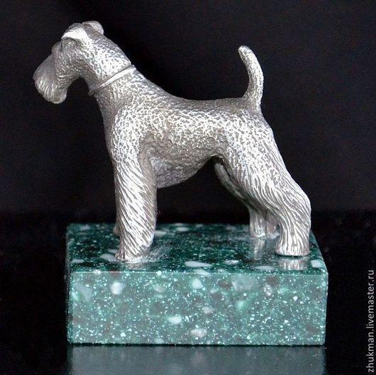 Миниатюрная фигурка `Эрдельтерьер`. Есть статуэтки собак других пород: болонка, спаниель, пудель, такса, пекинес. Есть фигурки других животных: медведь, слон, черепаха, кошка, мышь, крыса, змея (кобра