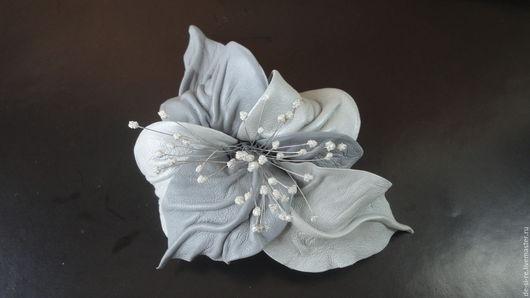 Брошь цветок из кожи Орхидея `Серая жемчужина` серая  .  Брошь на сумку, пояс, шляпу, пальто, шубу, пиджак, платье, свитер,шарф,шаль, платок, палантин, верхнюю одежду.  Подарок женщине, себе любимой.