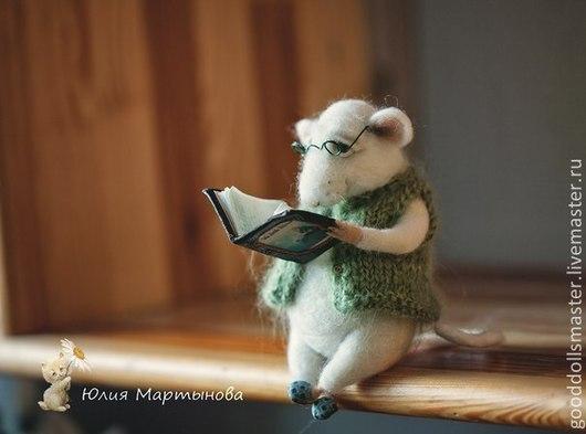 Игрушки животные, ручной работы. Ярмарка Мастеров - ручная работа. Купить Дедушка  мышонок читает книгу:). Handmade. Белый, книга