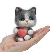 Куклы и игрушки ручной работы. Ярмарка Мастеров - ручная работа Котенок с сердечком серый. Handmade.