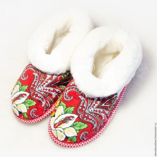 Обувь ручной работы. Ярмарка Мастеров - ручная работа. Купить Тапочки чуни из овчины и павловопосадского платка. Handmade. Ярко-красный