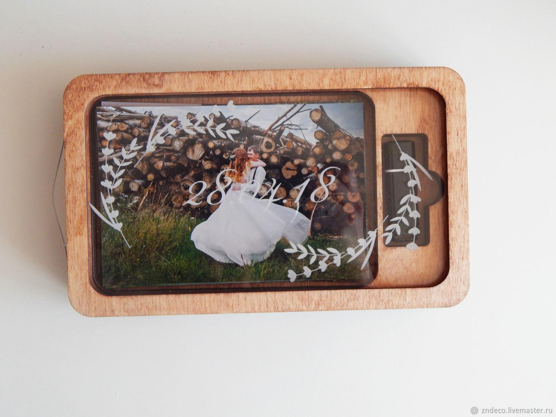 деревянный фотобокс для фотографий и флешки внутри клапана течет