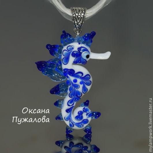 Кулон морской конек (белый, голубой), из стекла, подарок подуге