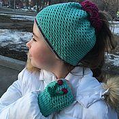 Шапки ручной работы. Ярмарка Мастеров - ручная работа Вязаная шапочка для девочки с дыркой для хвоста и митенки. Handmade.