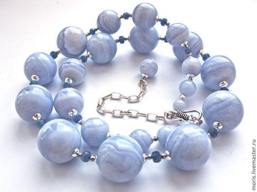 Бусы полностью выполнены из природных голубых агатов (сапфиринов) , очень крупных ( от 18 мм) и отличного качества, с добавлением граненых голубых сапфиров.