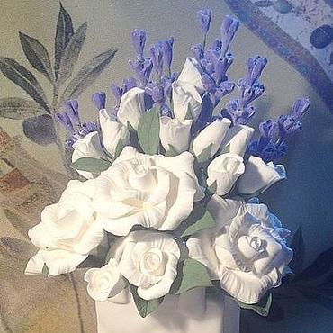 Цветы и флористика ручной работы. Ярмарка Мастеров - ручная работа Букет с лавандой и белыми розами из полимерной глины. Handmade.