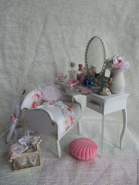 Кукольный дом ручной работы. Ярмарка Мастеров - ручная работа. Купить Туалетный столик с банкеткой и аксессуарами. Для кукол до 38 см. Handmade.