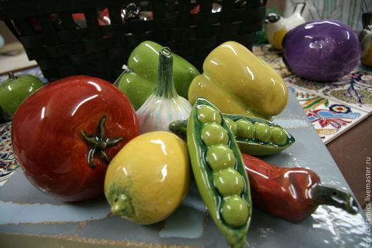 Композиция из керамических миниатюр в виде овощей - томат, болгарские перцы, перец чили, лимон, чеснок, стручки гороха. Стильное украшение уютного дома, необычный подарок по любому поводу.Цена каждого изделия, представленного фотографии - 600 рублей. В комплекте с фирменной подарочной упаковкой.