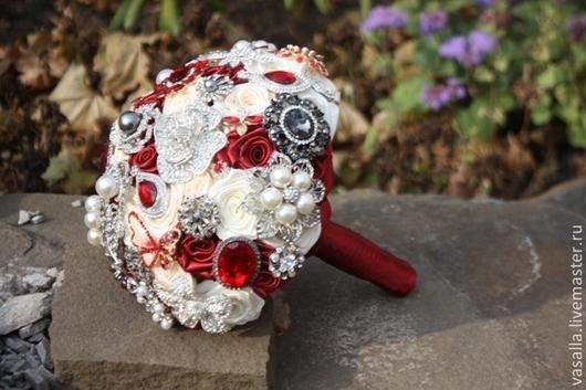 """Свадебные цветы ручной работы. Ярмарка Мастеров - ручная работа. Купить Брошь-букет """"Мишель"""". Кремовые и рубиновые шелковые розы.. Handmade."""