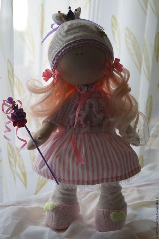Кукла Принцесса, маленькая  модница и красавица, будет лучшей подружкой своей маленькой хозяйке или  надежной и верной копилкой секретов для взрослой барышни.