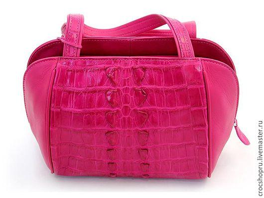 Очень красивая небольшая сумочка яркого цвета фуксии. Удобные ручки, фактура хвостовой части шкуры крокодила на фасадных частях сумки.