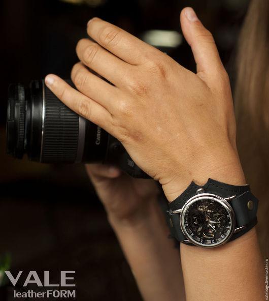 Часы наручные на браслете из черной кожи.