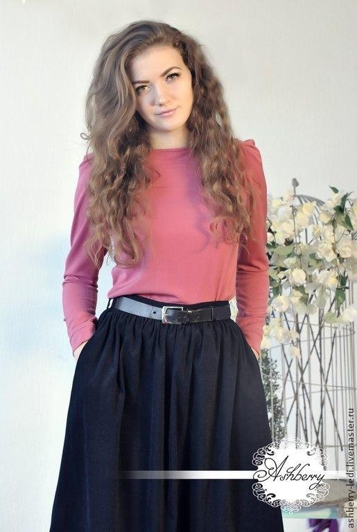 Блузки с длинным рукавчиком- плотные, уютные и отлично подходят под наши юбочки!  Доступны в трех цветах: бежевый, бордовый, розовый  Повседневный базовый вариант На модели юбка `Кейк` в черном цвете