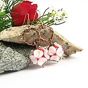 Украшения ручной работы. Ярмарка Мастеров - ручная работа Серьги белые цветы на красном лемпворк. Handmade.