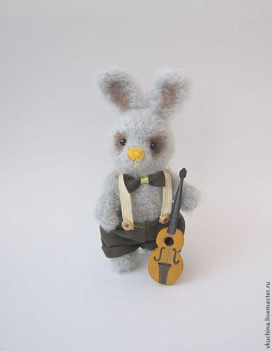 Серый зайчик вязаный с музыкальным инструментом - контрабас!